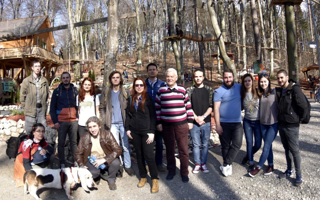 Studenții Facultății de Geologie și Geofizică aduc dinozaurii din Geoparcul Dinozaurilor Țara Hațegului la poalele Postăvarului