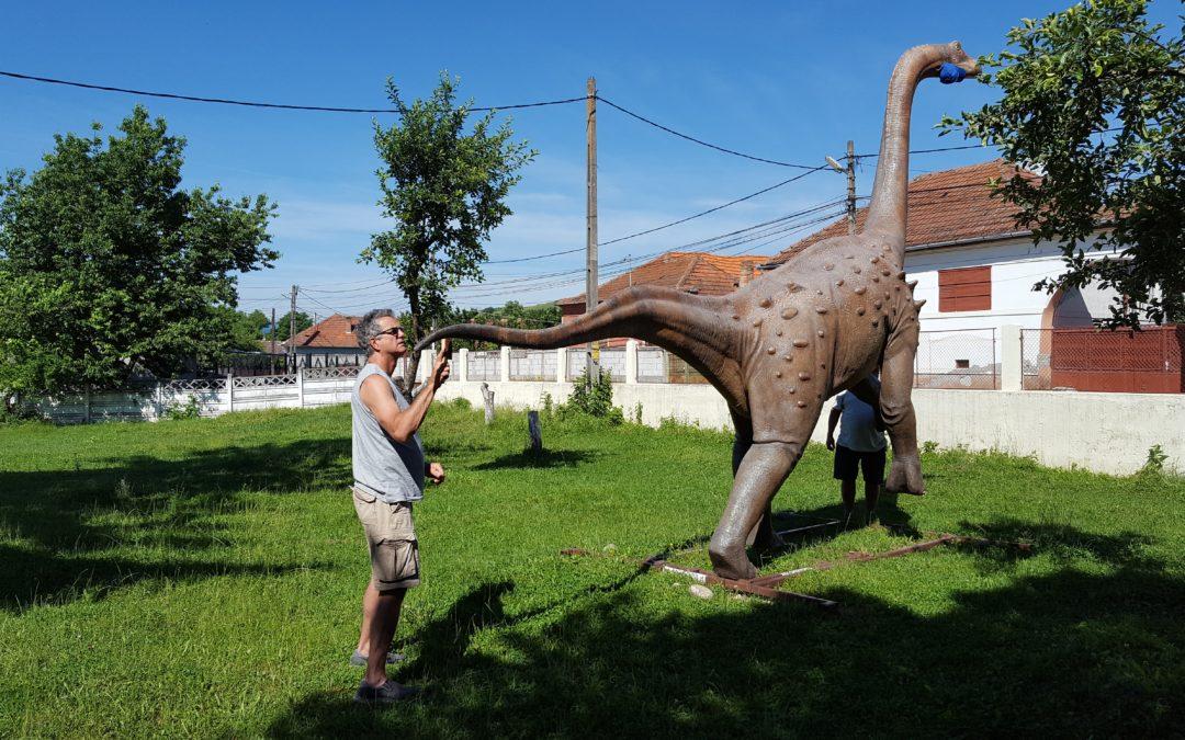 Dinozaurii expuși în Geoparc, vizitați de creatorul lor, paleoartistul canadian Brian Cooley