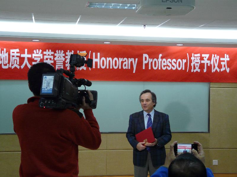 Prof. univ. dr. ing. Victor Mocanu, Decanul Facultății de Geologie și Geofizică a Universității din București, Profesor de Onoare al Universității de Geoștiințe din R.P. Chineză